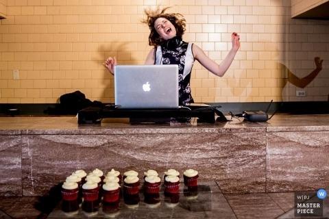 Photographie de mariage de Chicago | L'image contient: DJ, réception de mariage, danse, ombre, fête, cupcakes