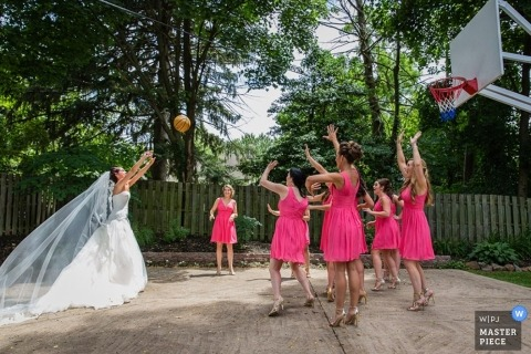 Photographie de mariage du New Jersey | L'image contient: mariée, demoiselle d'honneur, dehors, basket-ball, voile, robe de mariée