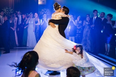Parana Wedding Photographer | Image contains: dance floor, bride and groom, flower girl, first dance. wedding gown