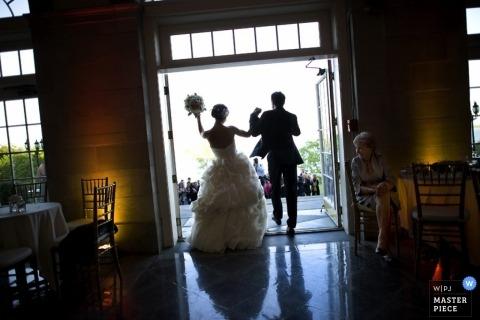 Ocean Grove Documentary Photographe de mariage | L'image contient: mariée, marié, laissant la cérémonie, fleurs, robe, costume, porte, à l'extérieur, invités de mariage