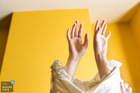 Photographe de mariage documentaire New Jersey | L'image contient: mariée, se prépare, robe, mains, détail