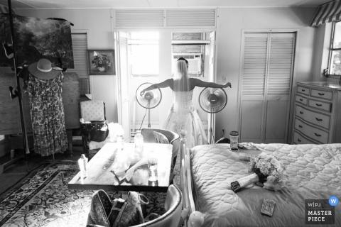 Madison Dokumentalna fotografia ślubna | Obraz zawiera: panna młoda, czarno-biały, sukienka, przygotowanie, bukiet, kwiaty