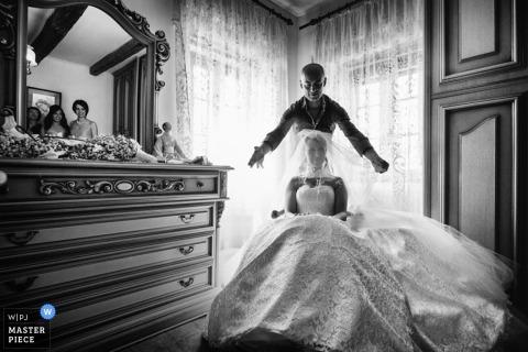 Fotografía creativa de bodas en Roma | La imagen contiene: blanco y negro, novia, velo, vestido, preparación, espejo, reflejo