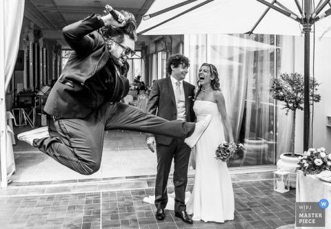 Lecco Trouwfotografie | Afbeelding bevat: zwart en wit, bruid, bruidegom, huwelijksreceptie, bloemen, boeket, toespraak, buitenshuis