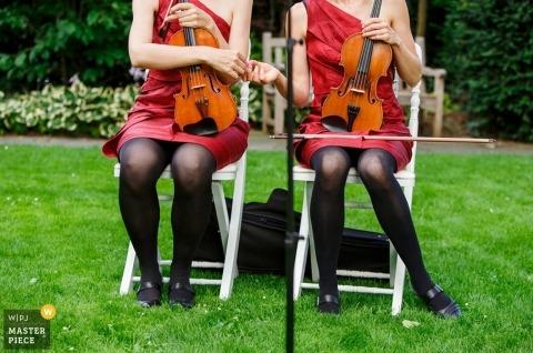 Fotógrafo de bodas Aargau | La imagen contiene: combinaciones, violines, vestidos rojos, violinistas, exteriores, ceremonia.