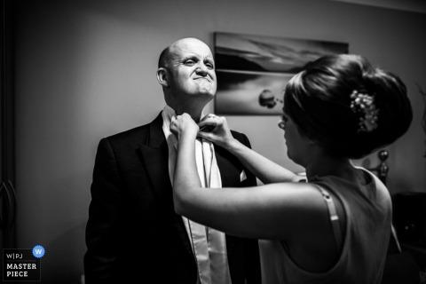 Devon Wedding Reportage Fotograaf | Afbeelding bevat: zich klaarmaken, zwart en wit, vader van de bruid, bruid, vlinderdas, smoking