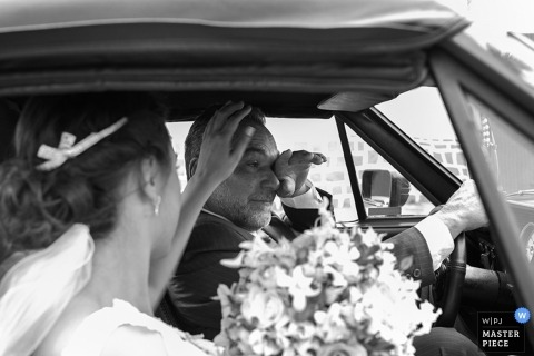 Paraná Brazil bride in a car on wedding day. Black and white photography for couples.
