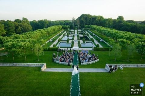 Cette photo aérienne d'une cérémonie de mariage se déroulant dans un magnifique jardin verdoyant a été capturée par un photographe de mariage de Los Angeles