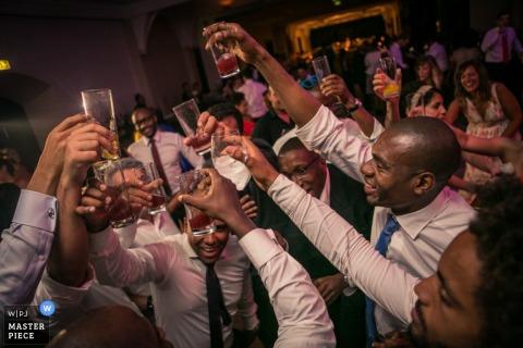 Trouwfotograaf van Lissabon schiet de actie in deze luidruchtige toast bij de receptie