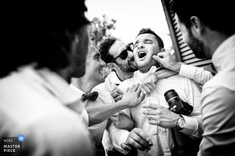 De trouwfotograaf van Florence greep het moment aan in deze zwart-witfoto van de bruidegom waar zijn groomsmen van houden