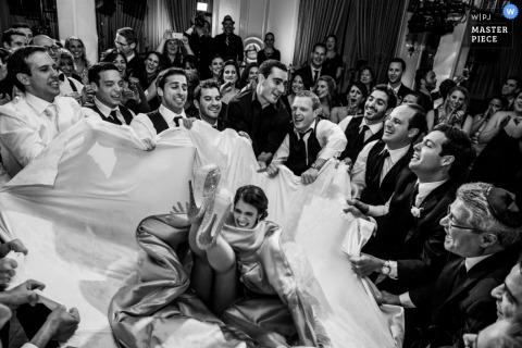Houston-Hochzeitsfotograf fing den Moment in diesem Schwarzweiss-Foto eines Hochzeitsgasts ein, der in eine Tischdecke fällt