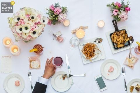 El fotógrafo de bodas de Washington DC creó esta foto desde arriba de la comida en la recepción.