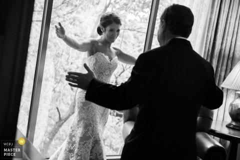 休斯顿婚礼摄影师在走在过道前拍下了这个拥抱她父亲的新娘的黑白图像