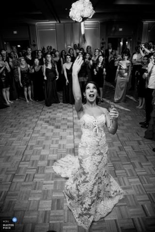 Houston Hochzeitsfotograf friert die Aktion in diesem Schwarzweiss-Bild der Braut, die ihren Blumenstrauß am Hochzeitsempfang wirft