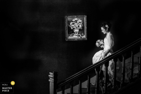 Lyon wedding photogrpaher created this beautiful black and white photo of the bride walking down the stairs