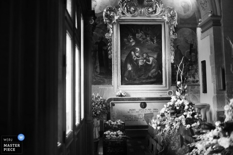 Trapani wedding photographer creates a black and white picture of the flowers at the ceremony