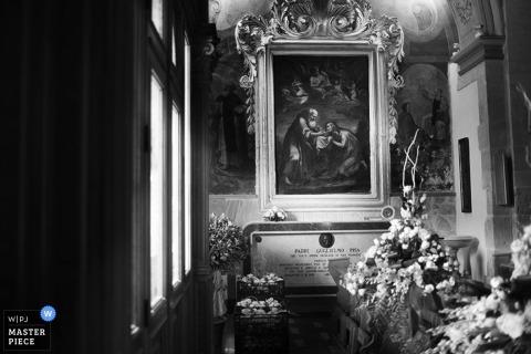 Trapani trouwfotograaf maakt tijdens de ceremonie een zwart-wit foto van de bloemen