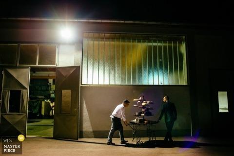 El fotógrafo de bodas de Ljubljana capturó esta fotografía del servicio de catering moviendo un carrito de productos horneados
