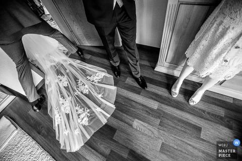 Die niedersächsische Hochzeitsfotografin hat dieses Schwarzweißfoto des hinter ihr hängenden Brautzugs aufgenommen, als sie die Zeremonie betritt