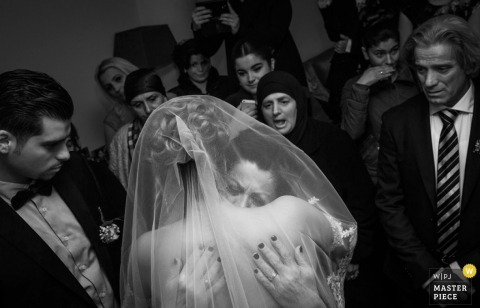 Noord Holland wedding photographer captured this emotional black and white image of the bride embracing her mother