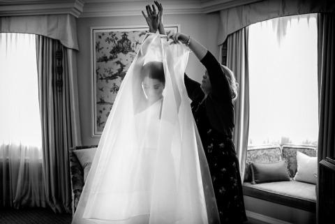 David Pullum fotografió este vestido de novia con ventanas durante la preparación.