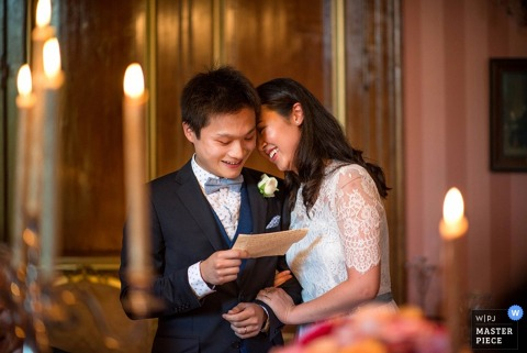 Der Hampshire-Hochzeitsfotograf hat dieses Foto der Braut aufgenommen, die ihre Stirn auf die Backe des Bräutigams legt, während er einen Brief liest