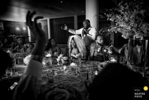 Le photographe de mariage montréalais a capturé cette photo en noir et blanc du meilleur homme prononçant son discours lors d'une réception intime à l'intérieur