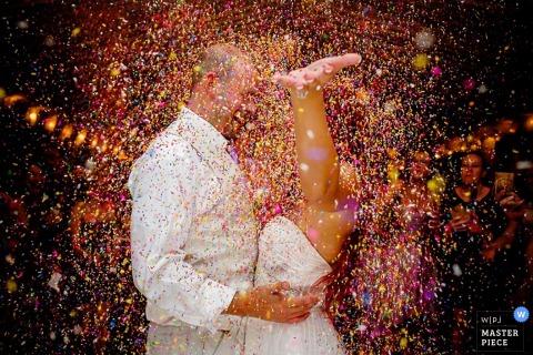 Key West-huwelijksfotograaf ving dit beeld van de bruid en de bruidegom die amid een wolk van confettien vieren
