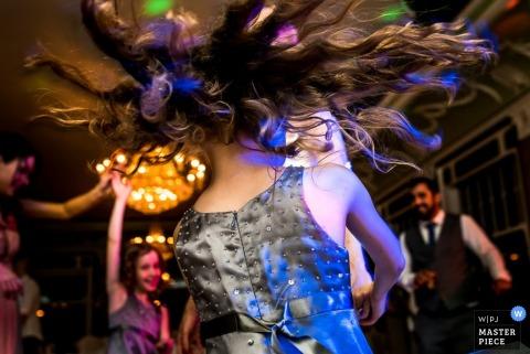 Detailfoto van het haar van een jong meisje in de lucht aangezien zij danst. Genomen door een huwelijksfotograaf uit Duitsland.