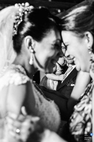 São Paulo wedding photographer captured this black and white photo of a bride and her mother embracing