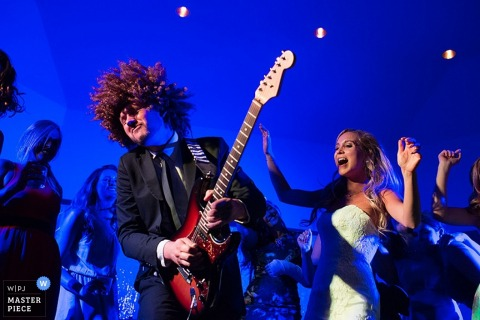 Le photographe de mariage de Carson City a capturé cette photo d'une mariée montrant ses mouvements sur la piste de danse à côté du guitariste de l'alliance