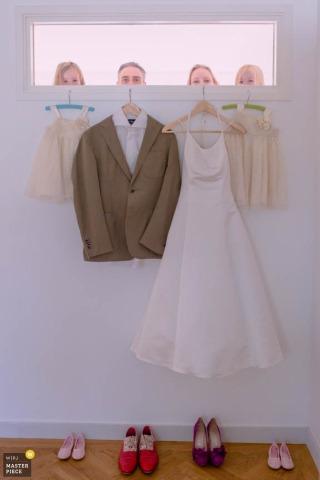 Bruid en bruidegom van Zuid-Holland bevinden zich achter hun smoking en kleding - Nederlandse huwelijksfoto