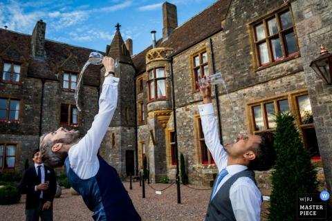 Devon bruidegom en de beste man genieten van drankjes - Engeland bruiloft reportage foto