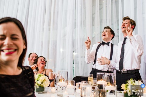 Chicagowski fornal i najlepszy mężczyzna przy przyjęciem - Illinois ślubna fotografia