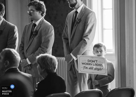 Chłopiec Omaha ma zabawny znak na weselu - nie martw się panie, wciąż jestem singlem - fotografia ślubna w Nebrasce