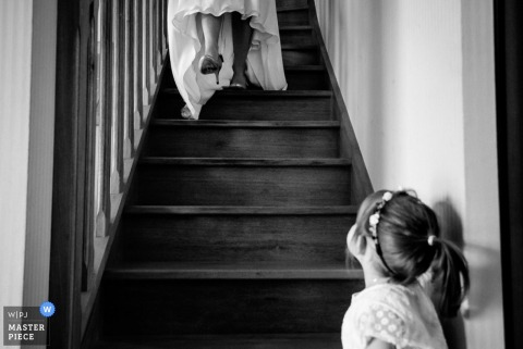 Nantes little girl looks at bride walking down the stairs - Loire Atlantique wedding photo