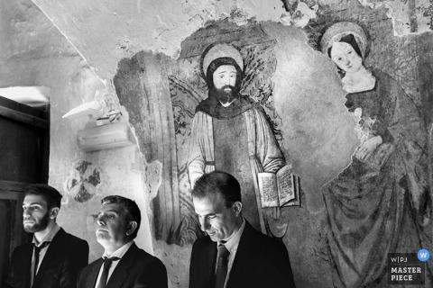 Rome-groomsmen staan voor de schilderkunst - fotojournalistiek in bruiloft in Lazio