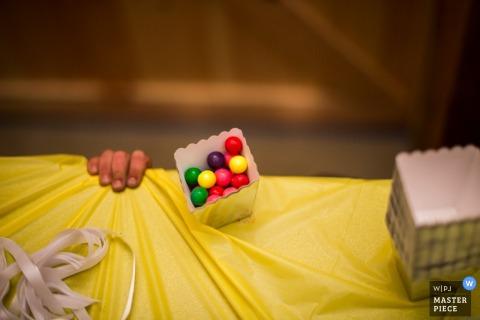 Alberta-Kind versucht, die Süßigkeit an der Hochzeit zu erhalten - Kanada-Hochzeitsfotojournalismus