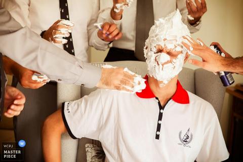 Groomsmen Saloniki zabawy golenia pana młodego przed ślubem - Fotoreportaż ślubny Grecji