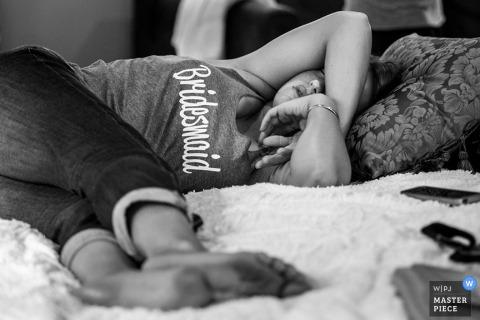 Demoiselle d'honneur du New Jersey endormie avant le mariage - photojournalisme de mariage aux États-Unis