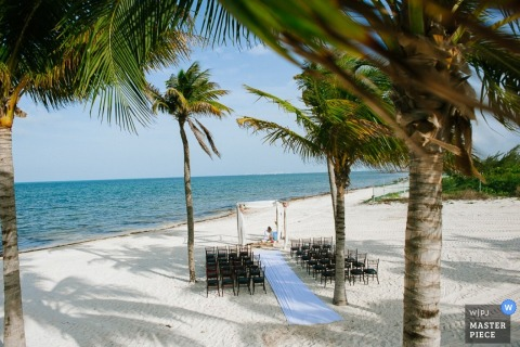 The site is prepared for a wedding on the beach. Image by a Cartago, Costa Rica wedding photographer.
