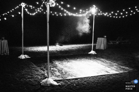 La pista da ballo di Brooklyn sotto le luci alla reception all'aperto - New York wedding photojournalism