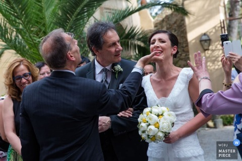 De bruid en de bruidegom van Cosenza na de ceremonie - het huwelijksfoto van Calabrië