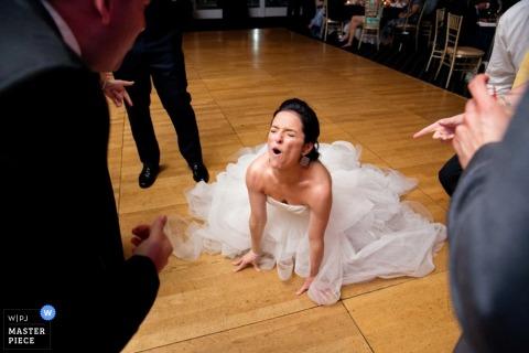 New York panna młoda tańczy na podłodze w recepcji - fotografia ślubna w USA