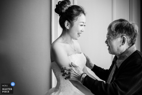 Photo of a bride and her mother enjoying a moment together before the wedding by a Hangzhou City, China wedding photographer.