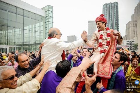 Detroit-Bräutigam und -vater feiern in den Straßen mit Gästen - Michigan-Hochzeitsfoto