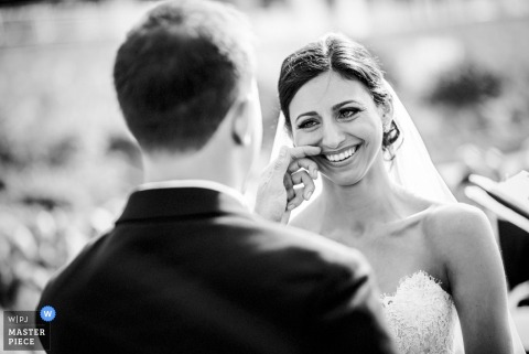 La sposa e lo sposo di Charleston sorridono durante la cerimonia di nozze - foto di nozze della Carolina del Sud