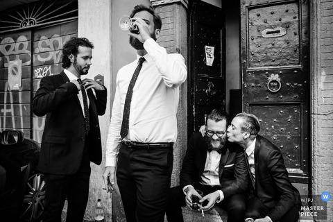 El novio y los padrinos de boda de Ljubljana se divierten antes de la boda - Fotografía de boda en Eslovenia