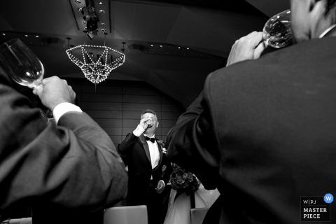 El fotógrafo de bodas de Tokio capturó esta foto en blanco y negro de los invitados a la boda bebiendo champán en la recepción