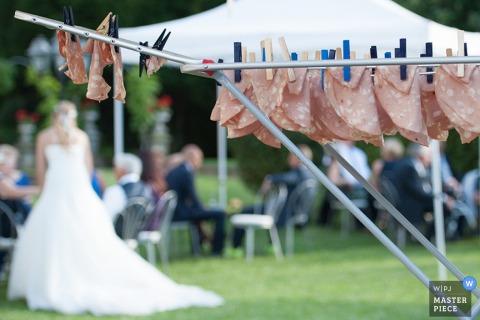 De bruid van Milaan terwijl bij openluchtontvangst in de loop van de dag - de huwelijksfotojournalism van Lombardije